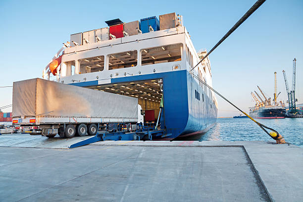 shipping and trucking transportation - ro-ro transport (roll on/roll off) - veerboot stockfoto's en -beelden