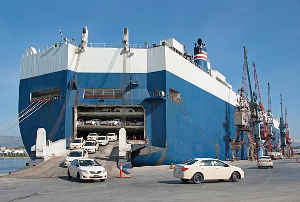 shipping cars ro-ro - roll on/roll off - veerboot stockfoto's en -beelden