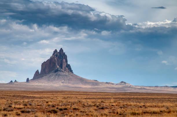 Shiprock zoals te zien op een bewolkt en bewolkte dag foto