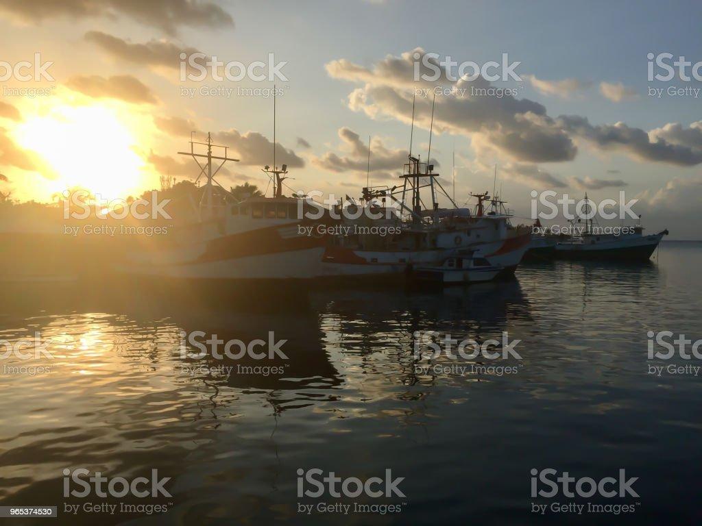 선박 도킹 바다 깊은 노란색 일몰에 대 한 설정 - 로열티 프리 0명 스톡 사진