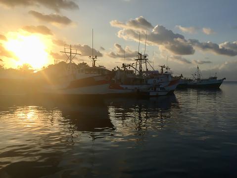 선박 도킹 바다 깊은 노란색 일몰에 대 한 설정 0명에 대한 스톡 사진 및 기타 이미지