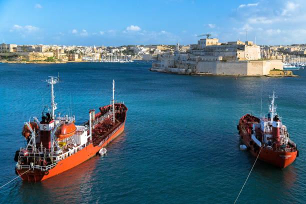 schiffe in malta - rettungsinsel stock-fotos und bilder