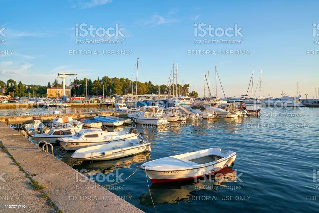 Schiffe im Hafen von Porec an der Adria in Kroatien – Foto