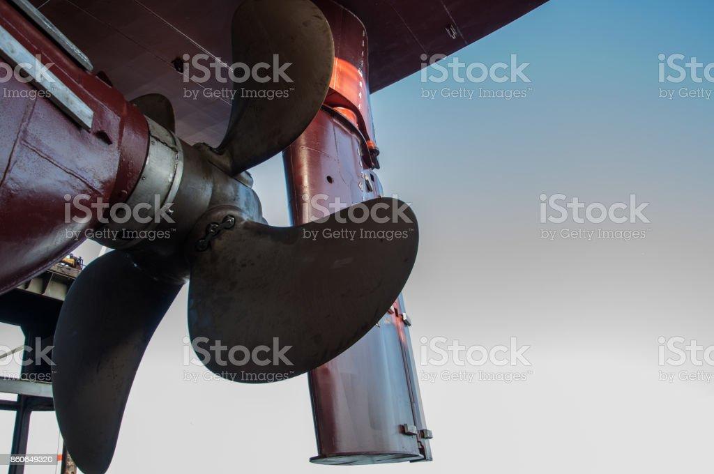 Timón de barcos y la hélice de un buque de carga seca en dique seco - foto de stock