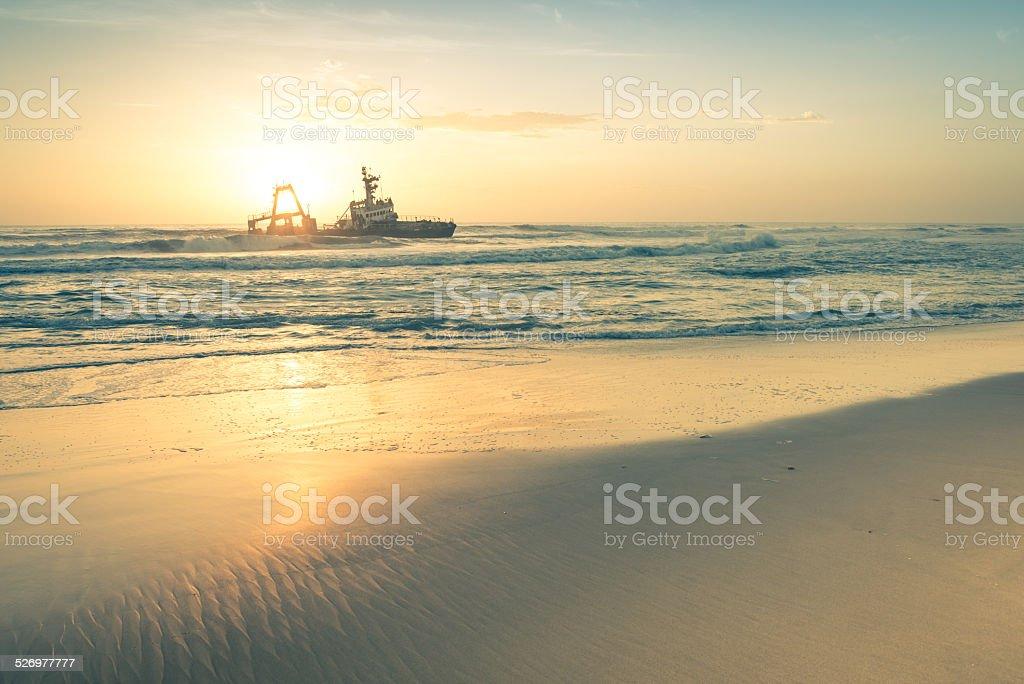 夕暮れの難破船にナミビアスケルトン海岸ナンビアの驚異 ロイヤリティフリーストックフォト