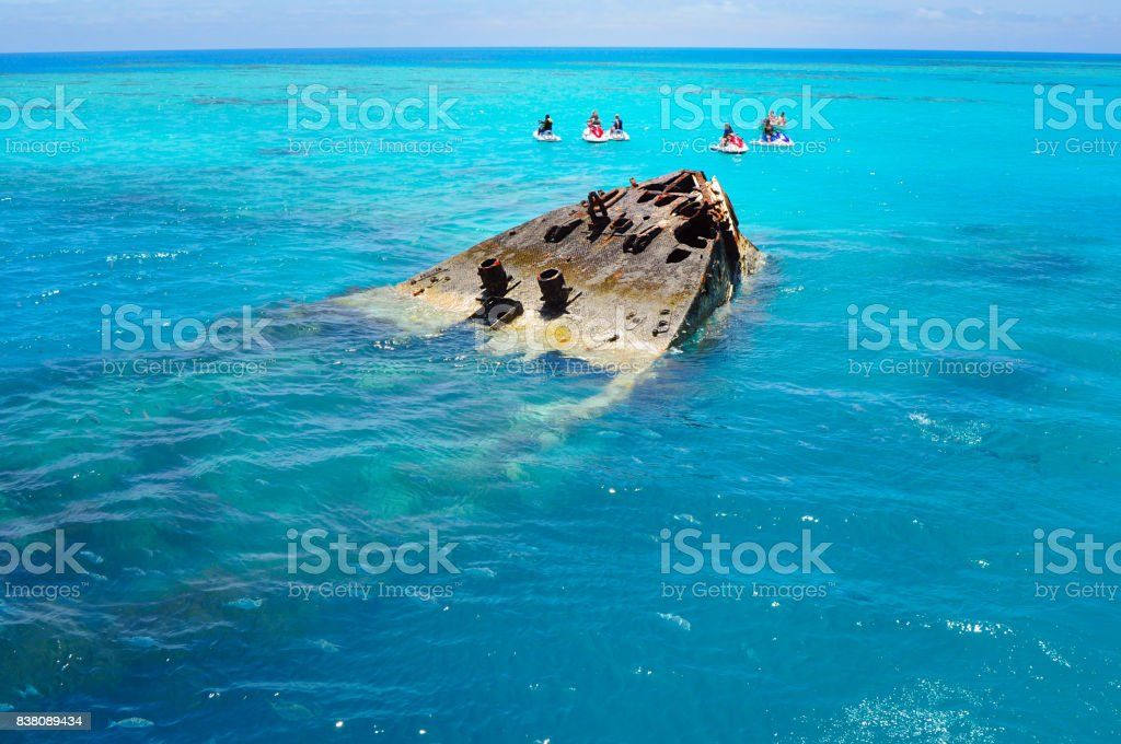 Shipwreck partially submerged on Bermuda Island – zdjęcie