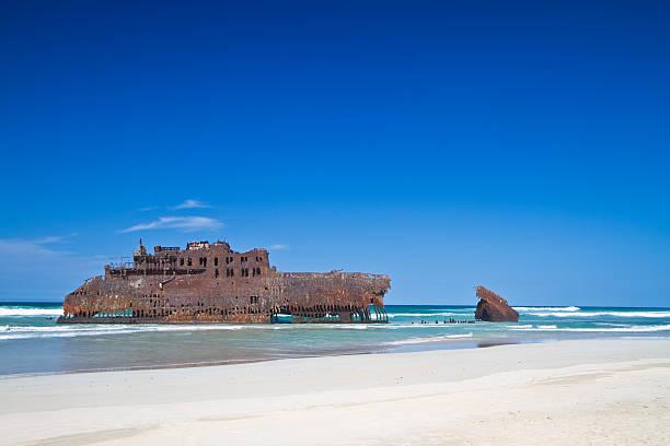 shipwreck - kapverdische inseln stock-fotos und bilder
