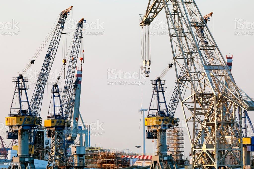 Shipyard Cranes at Dusk, Hamburg Harbor, Germany foto stock royalty-free