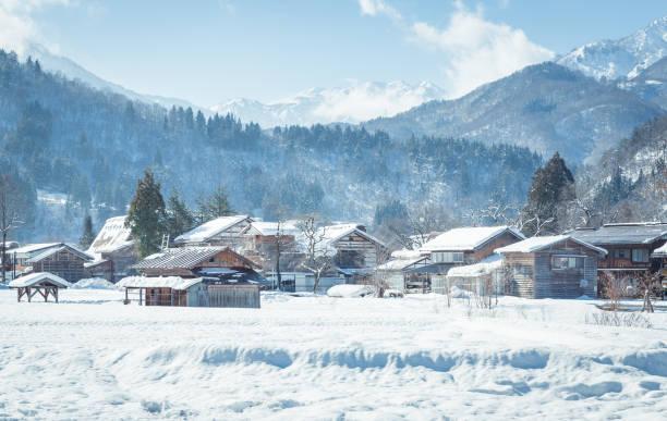 冬の日本の観光旅行に最適な、白雪の白川郷村 - 雪景色 ストックフォトと画像