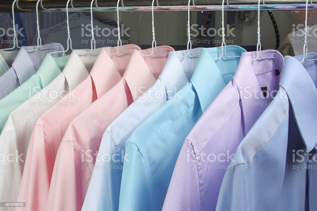 camisa en percha stock photo
