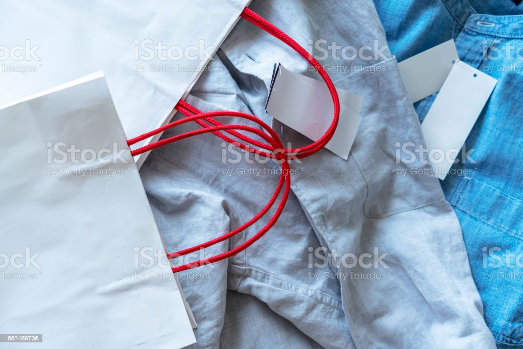 shirt, price tag and shopping bag foto stock royalty-free