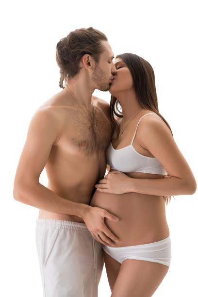 Abschirmloser Mann küsst schwangere Frau – Foto