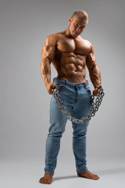 Abschiebter Muskelbodybuilder in voller Länge – Foto
