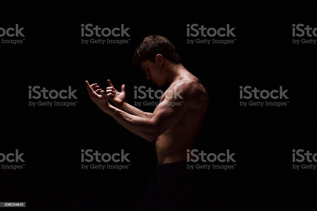 Hombre sin camisa muscular Gesticular foto de stock libre de derechos