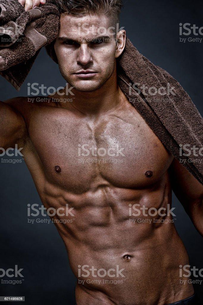 a petto nudo muscolare uomo dando una posizione foto stock royalty-free