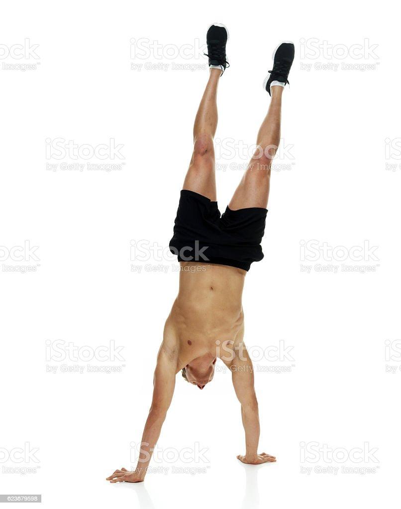 Nackter Oberkörper Muskulöser Mann Mit Handstand Stock-Fotografie ...
