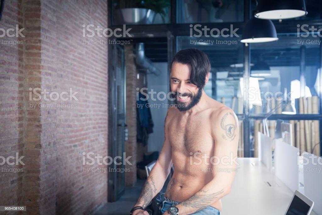 Shirtless rocker in  office - Zbiór zdjęć royalty-free (30-34 lata)