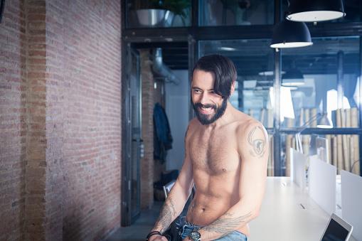 Shirtless Rocker In Office - zdjęcia stockowe i więcej obrazów 30-34 lata