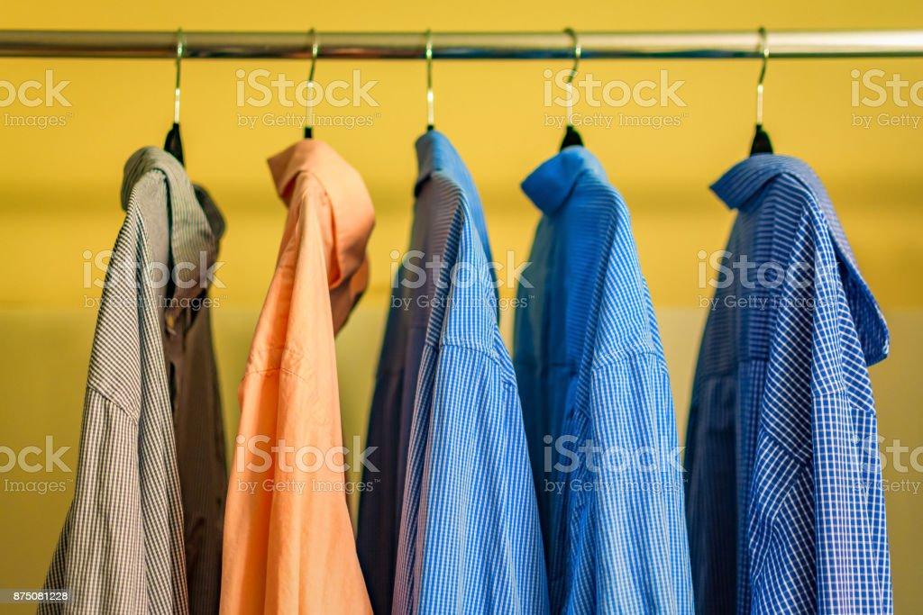 Hemden in einem Schrank aufhängen – Foto