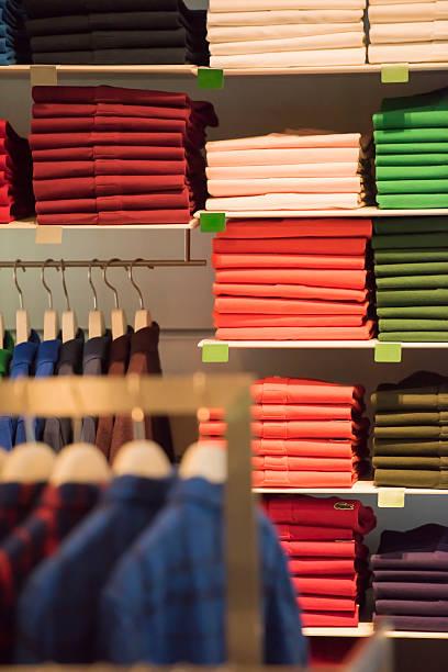 hemden in verschiedenen farben - stoffregal stock-fotos und bilder