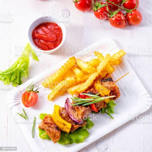 Szaszłyki Z Kebabem Z Marynowaną Papryką Z Mięsa Szynki I Czerwoną Cebulą - zdjęcia stockowe i więcej obrazów Barbecue