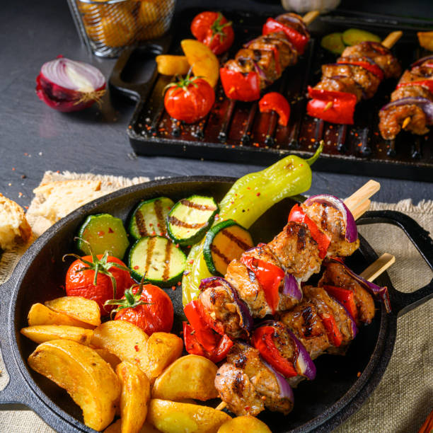 Shish kebab with various vegetables and spice country potatoes – zdjęcie