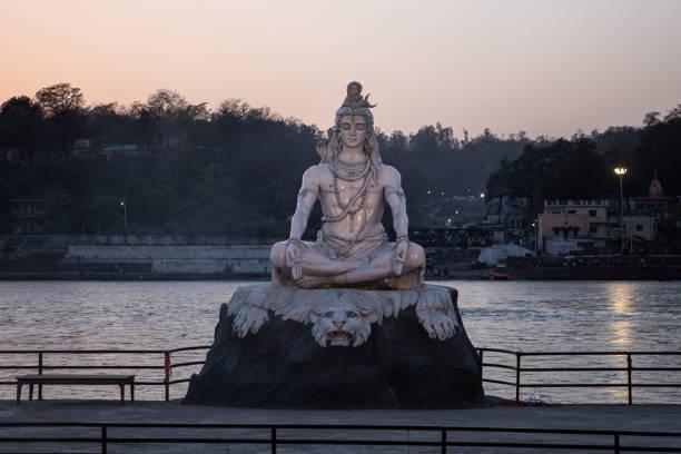 Shiva-Skulptur an der Küste von Ganges in Rishikesh – Foto