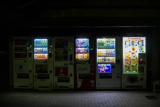 shizuoka, japan - 9. märz 2018: japanische automaten mit verschiedenen produkten - mädchen night snacks stock-fotos und bilder