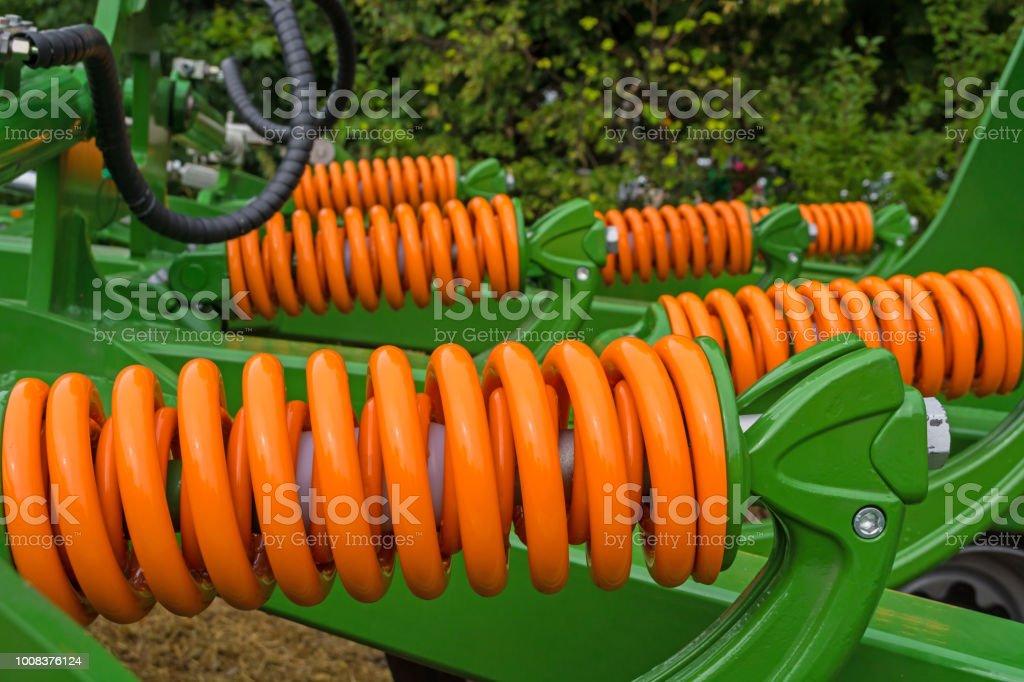 absorventes de choque da unidade agrícola, que criar impactos no solo por peças de funcionamento, a fim de criar rachaduras, para penetrar umidade - foto de acervo