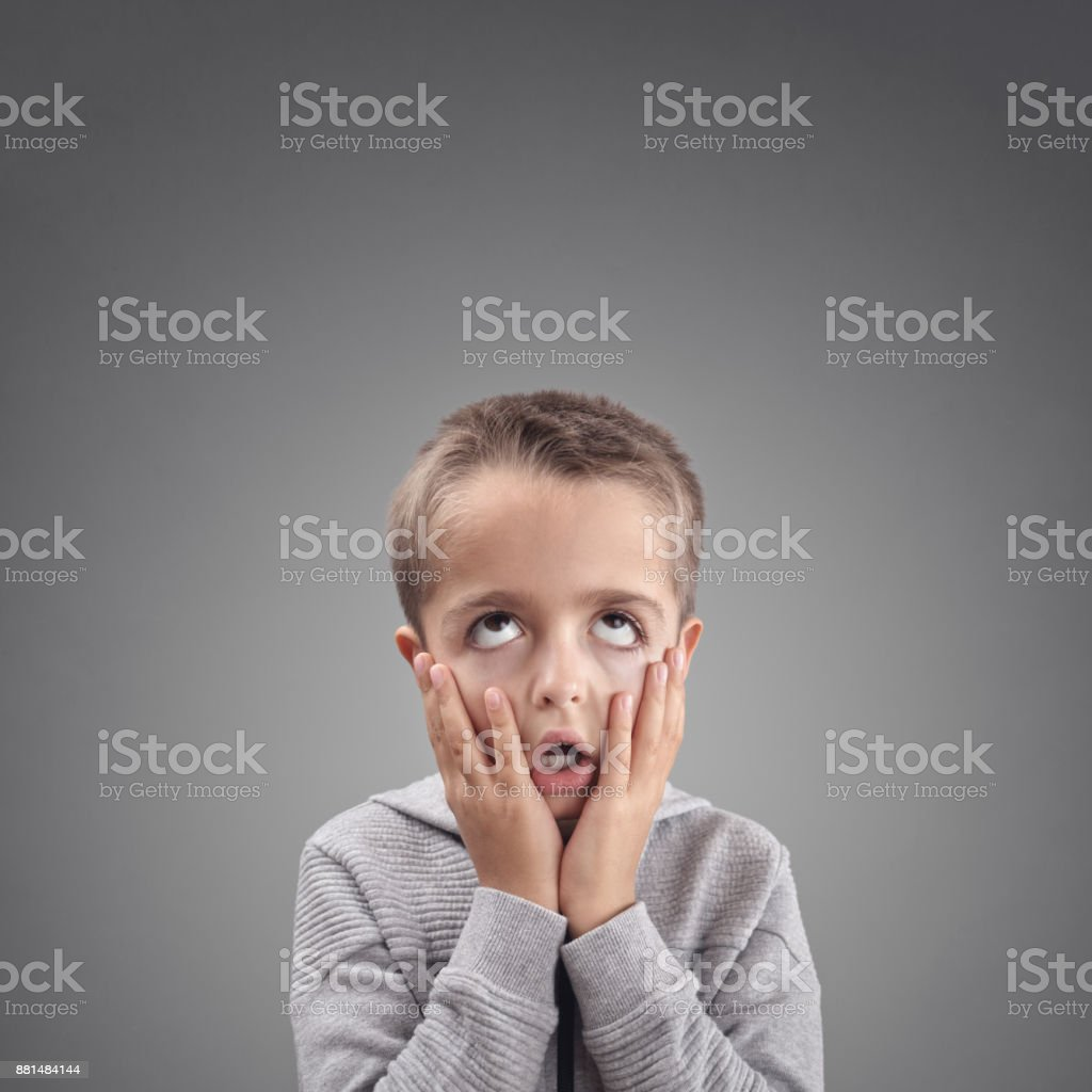 Schockiert und überrascht Kind satt, gelangweilt oder Verzweiflung zeigen – Foto