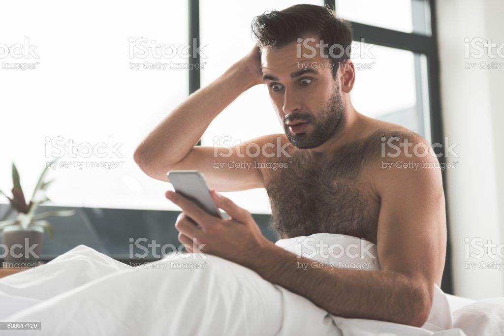 Cara de chocado receber más notícias pelo celular - foto de acervo