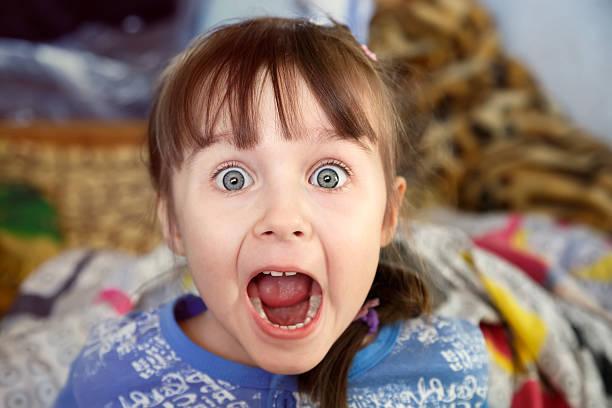 schockiert schreien kleine mädchen - marvel schlafzimmer stock-fotos und bilder