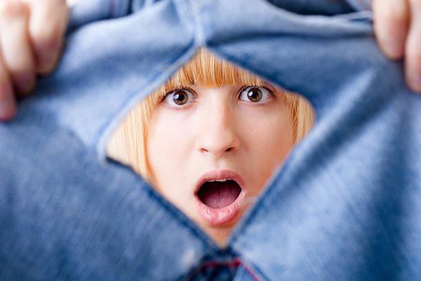 놀란 가진 여자 찢겨진 jeans - 바지 의복 뉴스 사진 이미지