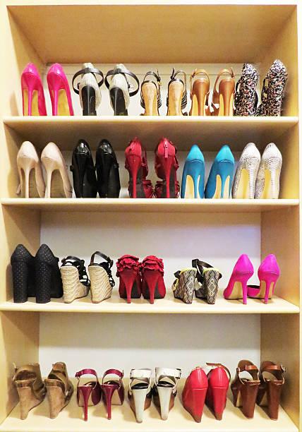 schuh sucht - garderobe mit schuhschrank stock-fotos und bilder
