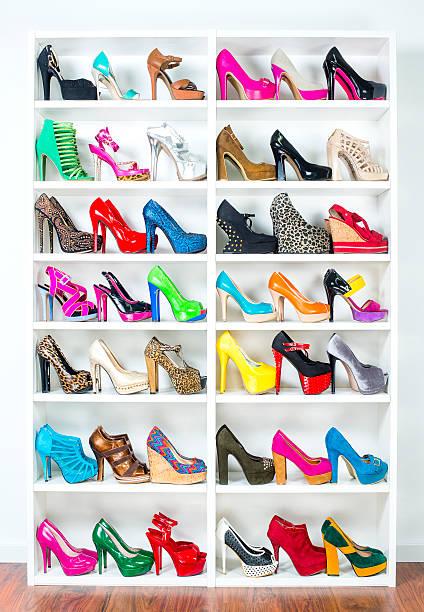 schuh wandschrank mit viele bunte high heels, xxxl-bild - garderobe mit schuhschrank stock-fotos und bilder