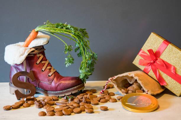schoen met wortel, kruidnoten, tas, voor typisch nederlands evenement sinterklaas - cadeau sinterklaas stockfoto's en -beelden