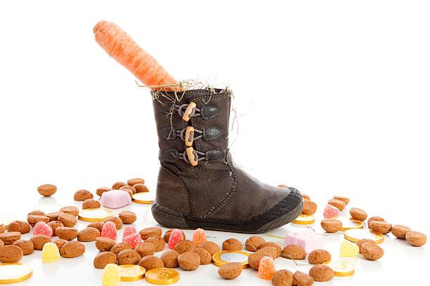 shoe with carrots and ginger nuts for sinterklaas - kruidnoten stockfoto's en -beelden