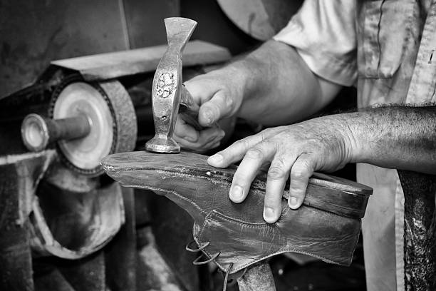 shoemaker, repairing heels in black and white - spitzen nagel kunst stock-fotos und bilder