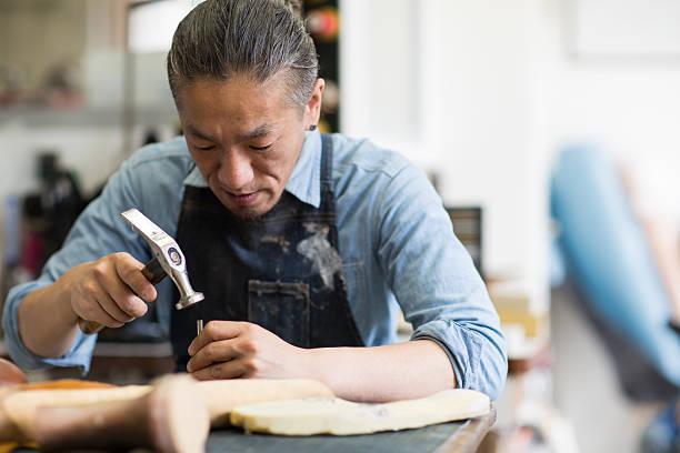 シューメイカー彼のスタジオで働く靴作り手によって - 職人 ストックフォトと画像