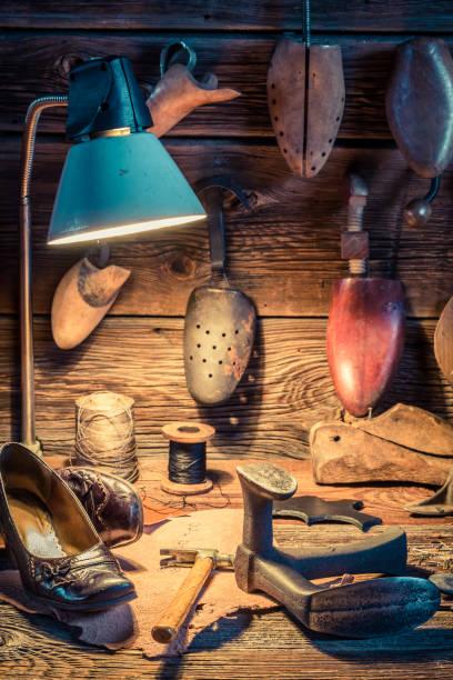 skomakare verkstad med verktyg, läder och skor att reparera - remmar godis bildbanksfoton och bilder