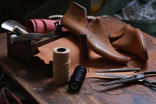 skomakare verkstad med verktyg, skor och snören - remmar godis bildbanksfoton och bilder