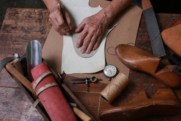 sko makare verkstad med verktyg, skor och skosnören - remmar godis bildbanksfoton och bilder