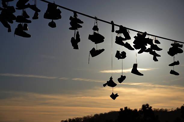schuhe hängen von draht - kabelschuhe stock-fotos und bilder