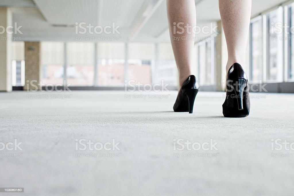 Mujer caminar en Zapatos de oficina - foto de stock