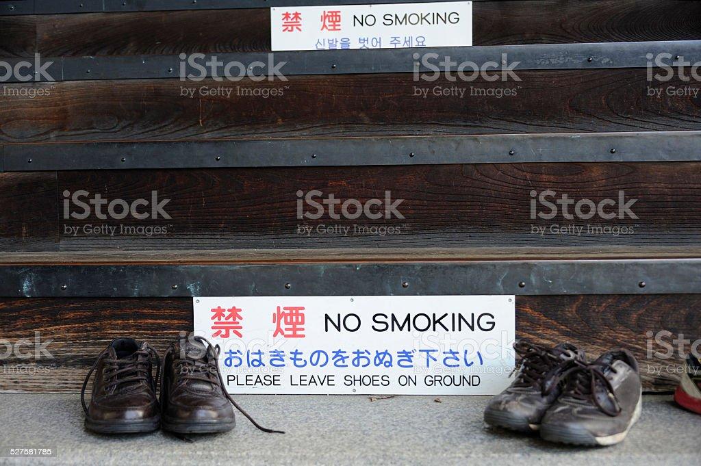 premium selection ef1ad 9597a Schuhe Außerhalb Von Einem Buddhistischen Tempel Stockfoto ...