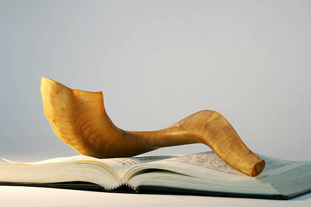 shofar on a bible book at rosh hashanah - rosh hashanah 個照片及圖片檔