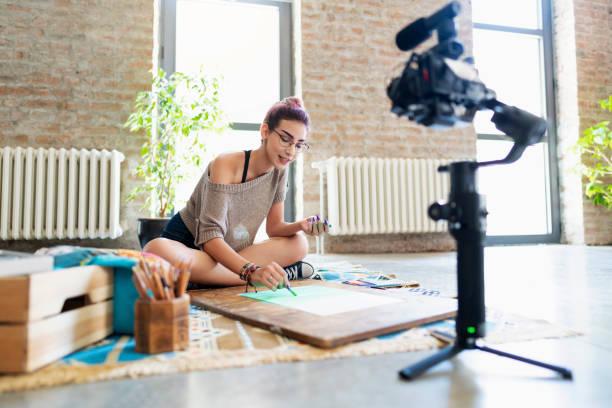 shooting art videos for her vlog - dodatkowa praca zdjęcia i obrazy z banku zdjęć
