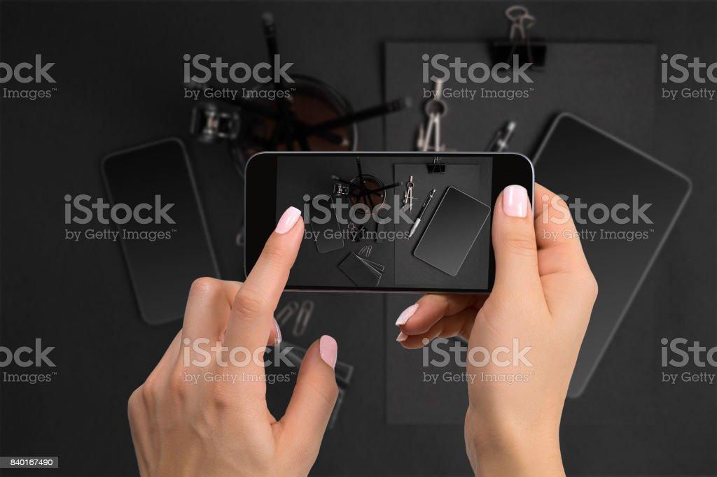 Tiro de papelaria preta na câmera do telefone. Artigos de papelaria em fundo preto - foto de acervo