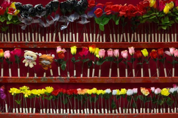 Schießtribüne auf der Messe mit Kunstblumen – Foto
