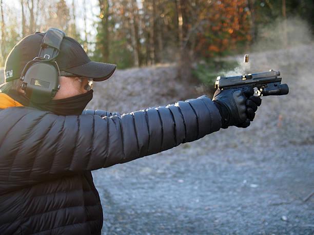 dreharbeiten pistole - desmond koch stock-fotos und bilder